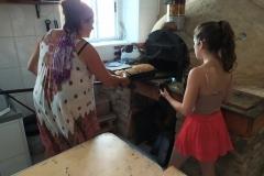 2020_07_31.-Horno-de-leña-sacando-pan-Silbia-Diana
